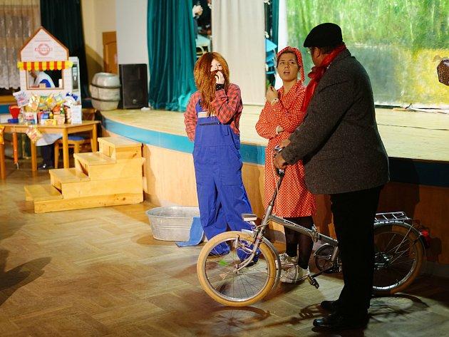 Divadelní skupina Divoch Stříbro se představila v nedalekých Kladrubech se svou verzí klasiky Slavnosti Sněženek.
