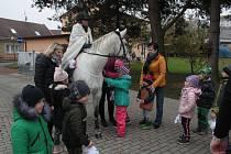 Martin na bílém koni přijel včera do Mateřské školy Tyršova v Tachově.