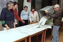 ČLENOVÉ VOLEBNÍ KOMISE ve volebním okrsku číslo 6 ve Stříbře při nedělním nočním zahájení ščítání hlasů. V tomto okrsku bylo zapsáno 1035 voličů, přišlo jich 258.