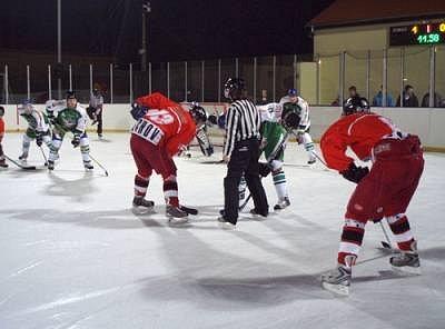 Jedno z utkání regionálního přeboru v ledním hokeji svedlo dohromady mužstva HC Stříbro 06 a HC Tachov. Domácí vyhráli 9:3.