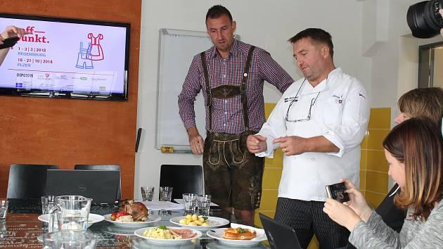 Šéfkuchař plzeňské restaurace Na Spilce František Eger (vpravo) ukazuje bavorské speciality, které budou podávány na Treffpunktu. Vlevo přihlíží Jiří Suchánek šéf pořádající organizace Plzeň 2015.