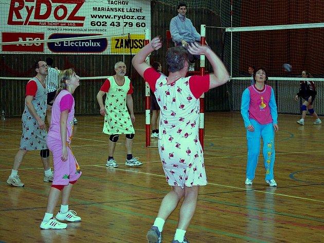 Noční turnaj v odbíjené se konal z pátku na sobotu ve sportovní hale v Tachově.