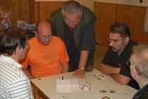 Ve starosedlišťské restauraci Na Zavadilce skončil v mariášnickém čtyřboji na pátém místě Pavel Kotva (druhý zleva).