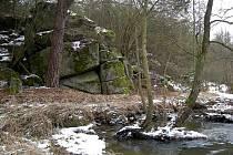 Skála nad potokem je ukázkou blokového rozpadu žul.