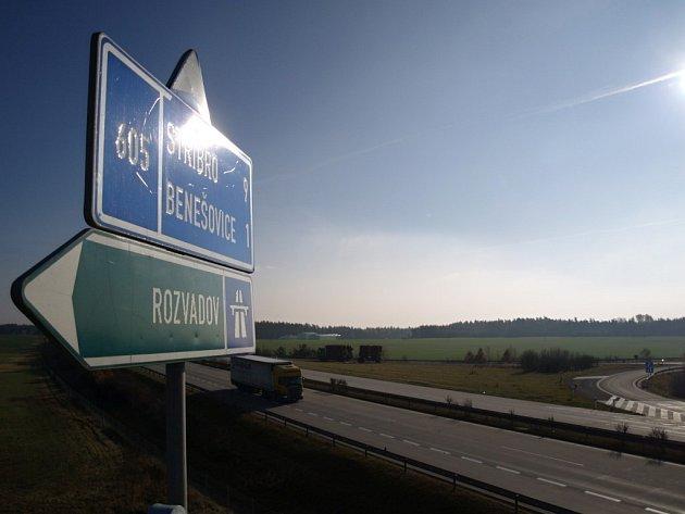JIŽ PATNÁCT LET jezdí motoristé po dálnici D5. Díky ní se snížil provoz v mnoha obcích. Například v Benešovicích.