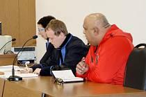 Ze tří obžalovaných se k Okresnímu soudu v Tachově dostavil poze Jaroslav Oračko. Nepřišli také někteří svědci. Soud byl proto již po několikáté odročen.