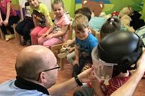 Děti si mohly vyzkoušet i policejní helmu.