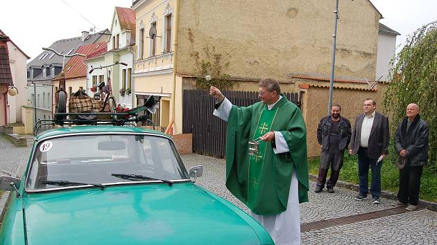 FARÁŘ VÁCLAV VOJTÍŠEK se po krátké promluvě ujal žehnání  automobilům. Před kostelem Nanebevzetí Panny Marie v Tachově se sjelo devět dopravních prostředků.