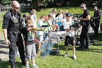 Děti si vyzkoušely také policejní zbraně.