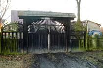 Vstupní brána do sídla Mysliveckého sdružení Lišák v Kočově, které najdeme na místě bývalé tvrze.