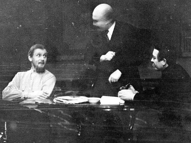 KREMELSKÁ PREMIÉRA. V roce 1949 nastudovali tachovští ochotníci hru Kremelský orloj. Odehrálo se několik repríz. V roli Vladimíra Iljiče Lenina se představil Rudolf Tomšů st.