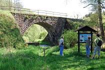HISTORICKÝ železniční most přes Hadovku.