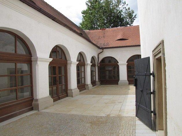 NÁDVOŘÍ borské Lorety řemeslníci nově vydláždili žulovými kostkami a deskami.