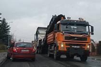 V PONDĚLÍ začali silničáři v Plzeňské ulici v Boru odstraňovat poškozený povrch silnice. Ještě v tomto týdnu by měli být s prací hotovi.