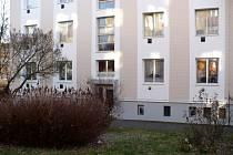 Obyvatelé tohoto domu už slyšeli několik slibů, že jejich okna budou vyměněna. Leden je prý tím  definitivním termínem.