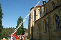 Pět jednotek hasičů likvidovalo požár kladrubského klástera. Šlo ale jen o cvičení