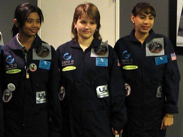 Veronika (uprostřed) s kolegyněmi.