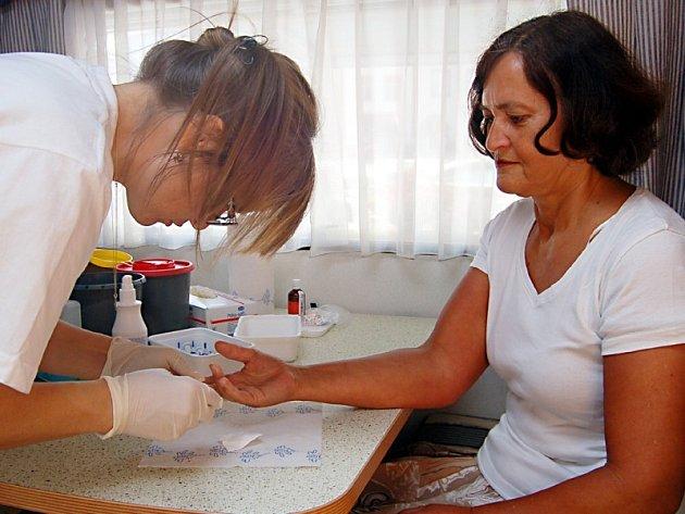 Změřit si hodnoty cholesterolu v krvi si včera nechala také Květuše Dvořáková z Boru (na snímku). Vzorek krve jí odebrala zdravotní sestra Eva Lupáčová.