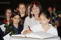 OCENĚNÉ DĚTI se pak společně se svými učiteli a učitelkami podepsaly do kroniky města. Na snímku se podepisuje Adéla Bobková, za ní její učitelka Jaroslava Kováčiková.
