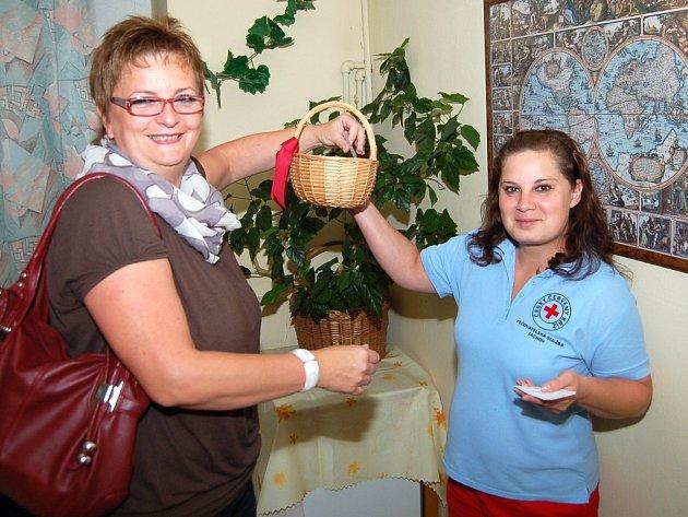 TŘI DĚTI dostanou věcný dar. Na nominační lísteček je mohli napsat dárci krve a v úterý tři z nich vylosovala Jana Hrebíčková z Tachova (na snímku vlevo). Při losování ji asistovala Valerie Hájková z tachovského oblastního spolku Českého Červeného kříže.