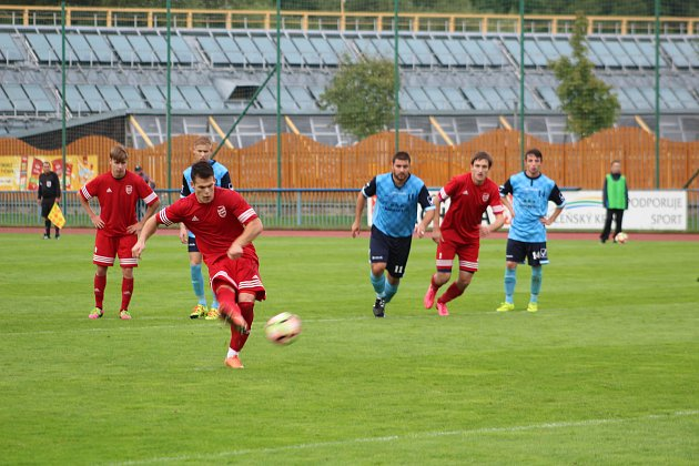 Z utkání krajského fotbalového přeboru mezi Tachovem (v červených dresech) a Holýšovem.