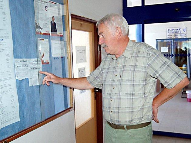 Ředitel tachovského úřadu práce Jaroslav Stehlík(na snímku)ukazuje na vývěsku, kde se nachází pouze jedna nabídka letní brigády.