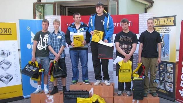 TŘETÍ MÍSTO obsadili studenti zednického oboru SPŠ Tachov Světce Jan Lávička a Vojtěch Rajm (na stupních vítězů vlevo) na soutěži v Českých Budějovicích.
