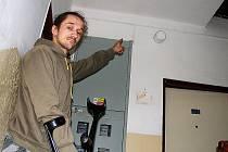 VĚTŠINU NÁKLADŮ NA ELEKTŘINU spotřebovanou ve společných prostorech jedné bytovky v Chodové Plané uhradil Alexander Chalupský. Na snímku ukazuje na jedno ze svídidel na chodbě. Podle něj světla nespotřebovala tolik proudu, aby musel platit dvě třetiny.
