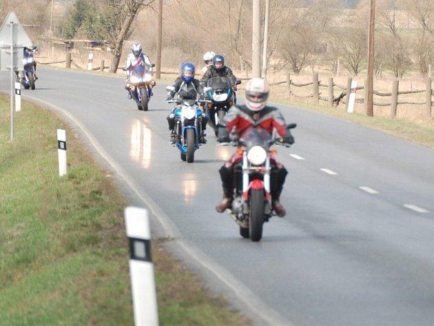 Motorkáři zahájili spanilou jízdou sezonu