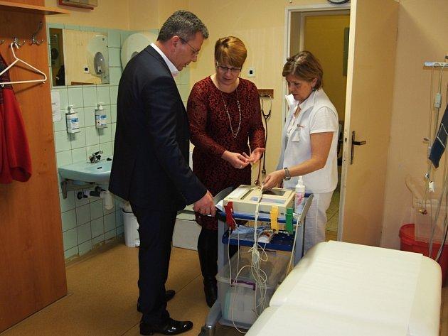 Krajští radní Karlovarského a Plzeňského kraje pro zdravotnictví, Jakub Pánik a Milena Stárková, si prohlédli pracoviště nové lékařské pohotovosti v nemocnici v Mariánských Lázních.
