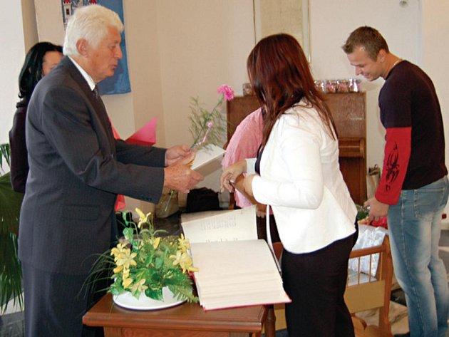 Maminkám předal květiny předseda stříbrského Sboru pro občanské záležitosti Josef Sazama (vlevo).