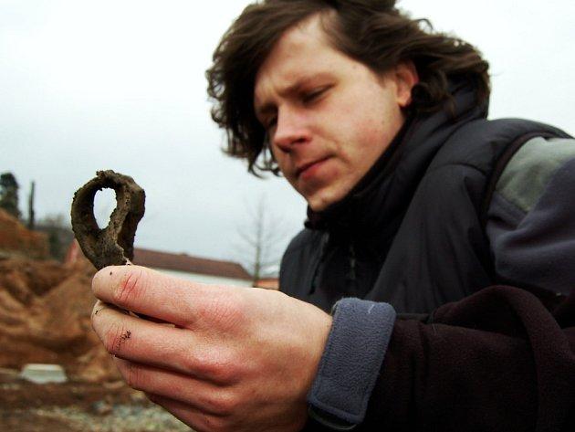 Na snímku Michal Vadlejch při odhalování částí keramických předmětů které ležely v hnojníku čtyři stovky let.