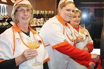 MILOVNÍCI BURČÁKU se dočkali i v Tachově, oblíbený nápoj už se začal prodávat, jak nám dokázaly usměvavé prodavačky v jednom z obchodů v Tachově. Do dalších prodejen dorazí během příštích dnů a týdnů.