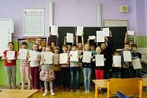 Předávání pololetního vysvědčení na Základní škole Zárečná v Tachově.