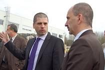 MARTIN KOŘÍNEK (vlevo), jednatel firmy tachovské Grammer, provázel včera v ministra průmyslu a obchodu Martina Kubu (vpravo) při jeho návštěvě tohoto podniku.