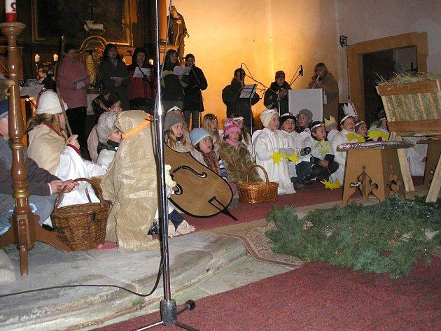 Děti v kostele při svátečním zpívání vHalži.