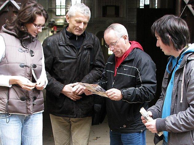 PO PROHLÍDCE JÍZDÁRNY. Zleva Michaela Svobodová, Josef Svoboda, jejich host Jim Dibble a průvodce světeckou jízdárnou Pavel Voltr.