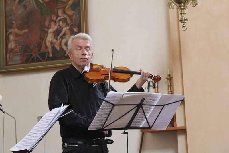O závěrečný koncert festivalu se postará Jaroslav Svěcený (na snímku z koncertu ve Stráži).