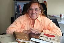 Zakladatel Zlatého grálu Milan Gina s kronikami plnými zápisů i fotografií