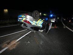 Z nehody policejního vozu.