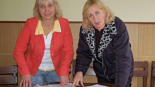 Marie Kořínková a Anita Kletečková s dokumentací.