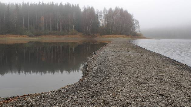 Snímky z horní části vodní nádrže Lučina v místech, kde byla silnice a mostek přes Sklářský potok, který je jedním z přítoků do Lučiny. Patrný je pokles vodní hladiny.