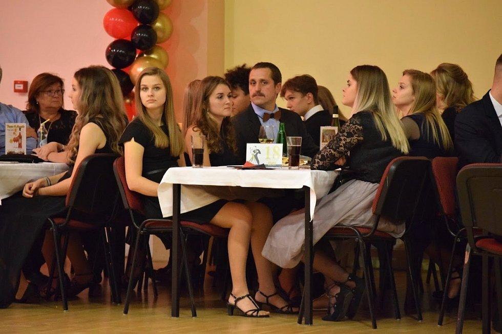 Večerní bál studentů tachovského gymnázia v listopadu 2019.
