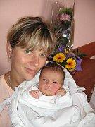 Jakub Bukl z Tachova je fotbalistou a proto by byl rád, aby jeho prvorozená dcera Terezka (3,04 kg/48 cm), kterou porodila Šárka Lebedová 17. srpna sedmnáct minut před čtvrtou hodinou ranní ve FN v Plzni, byla jednou všestrannou sportovkyní.
