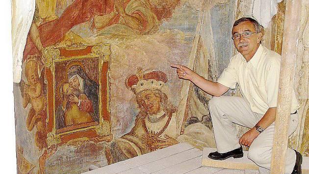 UNIKÁTNÍ FRESKY. Starosta František Trhlík ukazuje při rekonstrukci kaple na fresky, které restaurátoři znovu obnovili.