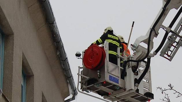 HASIČI V TĚCHTO DNECH VYJÍŽDÍ nejčastěji ke srážení rampuchů z budov. Trčící rampuchy odstranili i z budovy redakce Tachovského deníku.