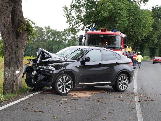 Čtyřiačtyřicetiletý řidič jel rychle a narazil do stromu. Na luxusním BMW X6 je škoda skoro půl milionu korun.