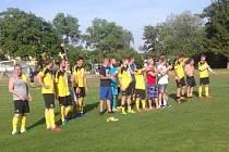 Dobojováno! Fotbalisté Startu Bělá nad Radbuzou po vítězném duelu v Chodové Plané děkují věrným fanouškům.