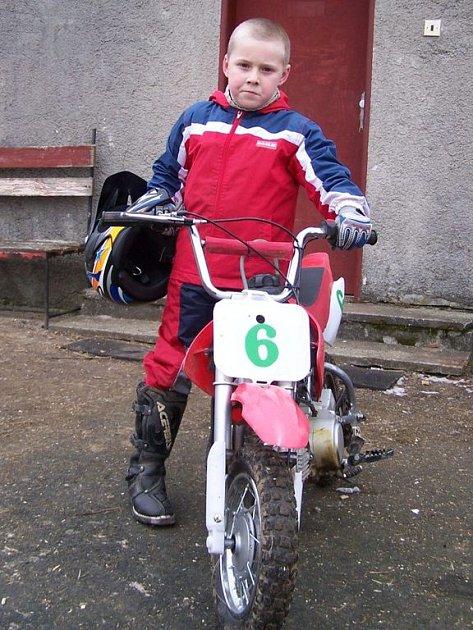 Lukáš Oravec předvedl své umění na malé motorce na sportovním odpoledni.
