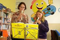 HELENA Zahrádková se svou žákyní Emou Zachariášovou při hře na zobcovou flétnu.